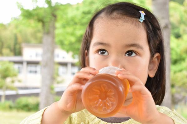 水分補給する子供