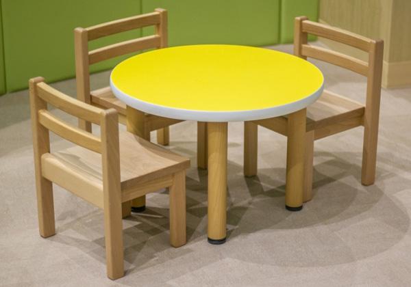 保育園のテーブル